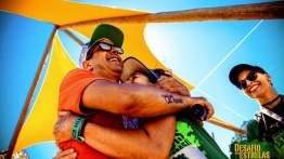 na foto o Marquinho abraça a DVAna Lídia Martins Diasna chegada do Desafio das Estrelas. Ao fundo é possível ver aCecilia Heinen, condutora da Ana Lídia!