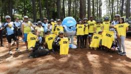 Imagem mostra todos os DVs que receberam a doação da camisa de corrida do Visão e o Zoinho ao centro